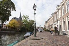 Pares en la bicicleta en el terraplén del río Vecht en el vill holandés imágenes de archivo libres de regalías