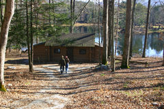 Pares en la cabina de la orilla del lago Fotos de archivo