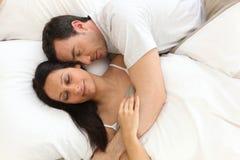 Pares en la cama dormida Imágenes de archivo libres de regalías