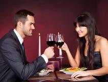 Pares en la cena romántica en restaurante Foto de archivo