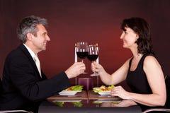 Pares en la cena romántica en restaurante Imagen de archivo