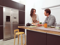 Pares en la cocina aa Fotografía de archivo libre de regalías