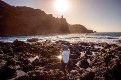 Pares en la costa rocosa Fotos de archivo