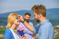 Pares en la datación del amor mientras que marido celoso que mira fijo en fondo Concepto del amor no recompensado Encuentro de lo fotos de archivo
