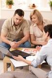 Pares en la discusión con el agente de la propiedad inmobiliaria Imagen de archivo