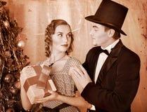 Pares en la fiesta de Navidad. Retro blanco y negro. Fotografía de archivo libre de regalías