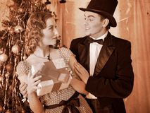Pares en la fiesta de Navidad. Retro blanco y negro. Imagen de archivo libre de regalías