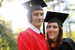 Pares en la graduación foto de archivo