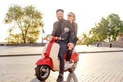 Pares en la moto en ciudad Imagen de archivo