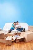 Pares en la mudanza del sofá imagen de archivo libre de regalías