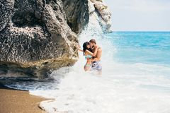 Pares en la natación del amor en el mar imágenes de archivo libres de regalías