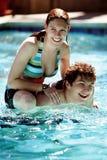 Pares en la piscina Foto de archivo libre de regalías