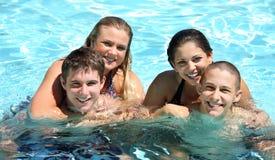 Pares en la piscina Imagenes de archivo