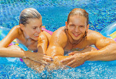 Pares en la piscina Imagen de archivo