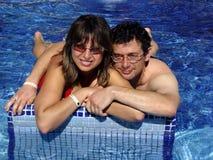 Pares en la piscina Imágenes de archivo libres de regalías