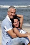 Pares en la playa Fotos de archivo