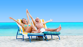 Pares en la playa Imagen de archivo libre de regalías