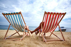 Pares en la playa Imagenes de archivo