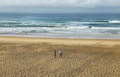 Pares en la playa de Myoli Fotos de archivo