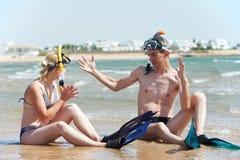 Pares en la playa del mar con el conjunto del tubo respirador Fotografía de archivo libre de regalías