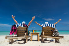 Pares en la playa en el concepto tropical del viaje del centro turístico Fotos de archivo
