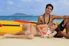 Pares en la playa en Hawaii Imágenes de archivo libres de regalías