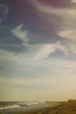 Pares en la playa en la puesta del sol Fotografía de archivo