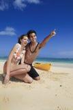Pares en la playa en señalar de Hawaii Fotos de archivo libres de regalías