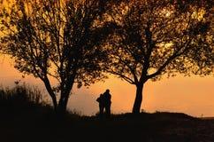 Pares en la puesta del sol Fotografía de archivo libre de regalías