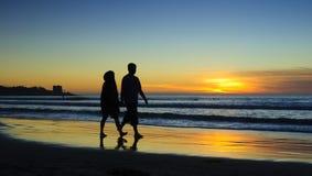 Pares en la puesta del sol, orilla de La Jolla Fotografía de archivo libre de regalías