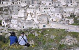 Pares en la reflexión de la ciudad de Matera de las alturas puestas en frente Imágenes de archivo libres de regalías