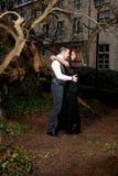 Pares en la ropa victoriana que abraza en el parque imagen de archivo
