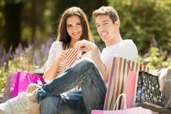 Pares en la rotura después de hacer compras Imágenes de archivo libres de regalías