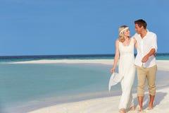Pares en la boda de playa hermosa Imagenes de archivo