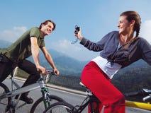 Pares en las bicicletas en el parque Imagen de archivo libre de regalías