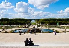 Pares en los jardines del castillo de Versalles en Francia Foto de archivo libre de regalías