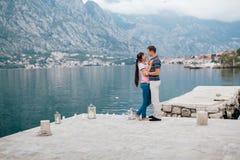 Pares en lugar romántico Foto de archivo libre de regalías