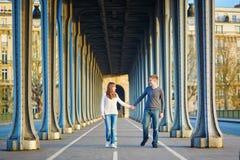 Pares en París en el puente del Bir Hakeim Fotografía de archivo libre de regalías