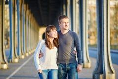Pares en París en el puente del Bir Hakeim Fotos de archivo libres de regalías