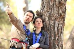 Pares en parque de la aventura Foto de archivo libre de regalías