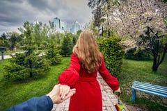 Pares en parque de la ciudad en el tiempo de primavera Imagen de archivo