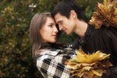 pares en parque del otoño fotos de archivo