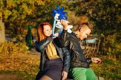 Pares en parque del otoño Foto de archivo