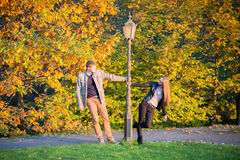 Pares en parque en el otoño Foto de archivo libre de regalías
