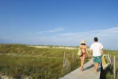 Pares en paseo marítimo de la playa Foto de archivo libre de regalías