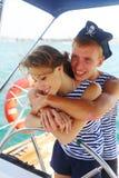 Pares en piratas del amor en el timón Fotografía de archivo libre de regalías