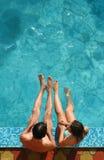 Pares en piscina Imagenes de archivo