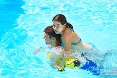 Pares en piscina Imágenes de archivo libres de regalías