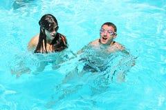 Pares en piscina Foto de archivo