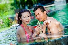 Pares en piscina Fotos de archivo